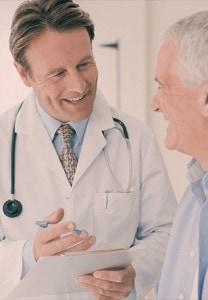 Médico orientando paciente para cirurgia